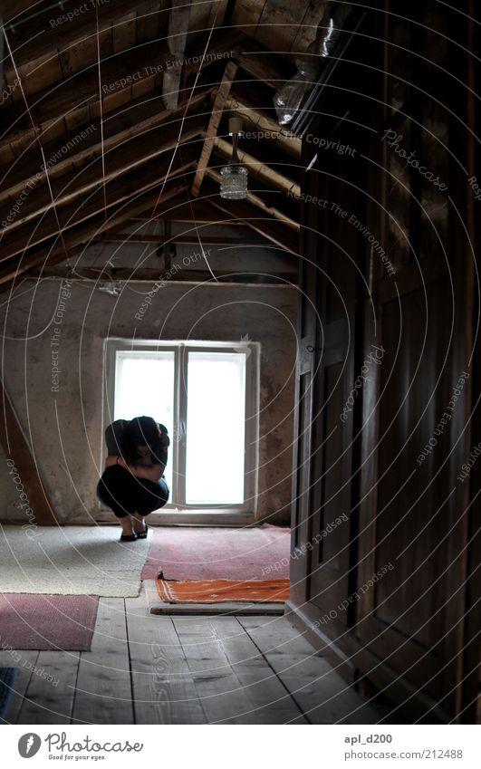 hide Mensch Einsamkeit schwarz Haus Fenster grau Holz braun Angst sitzen trist bedrohlich Dach Trauer anstrengen Teppich