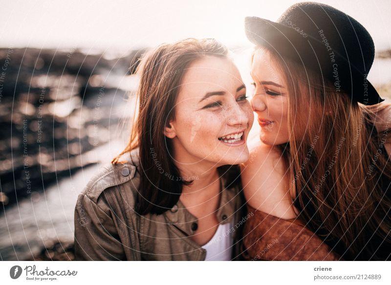 Zwei weibliche beste Freunde, die Spaß zusammen haben Lifestyle Freude Freizeit & Hobby Strand Mensch feminin Junge Frau Jugendliche Erwachsene Freundschaft 2