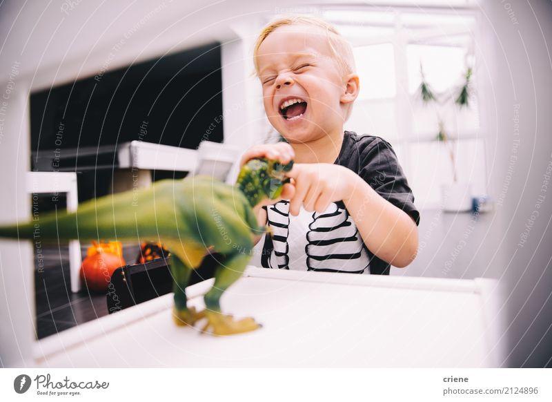 Kleiner Junge, der mit Dinosaurierspielwaren spielt Kind Freude lustig lachen Spielen Glück Freizeit & Hobby Lächeln Spielzeug heimwärts schreien Nachkommen