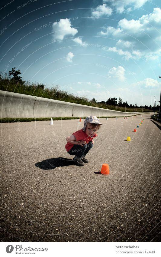 Schiri Spielen Sommer Fan Sportveranstaltung Kind Kleinkind Junge Kindheit 1 Mensch 1-3 Jahre Wolken Straße Beton entdecken hocken grau Vorfreude geduldig