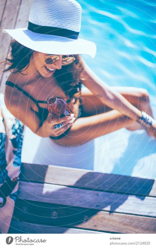 Schöne junge Frau, die Getränk am Swimmingpool genießt trinken Flasche Lifestyle Freude Glück Wellness Schwimmbad Ferien & Urlaub & Reisen Sommer Sonnenbad