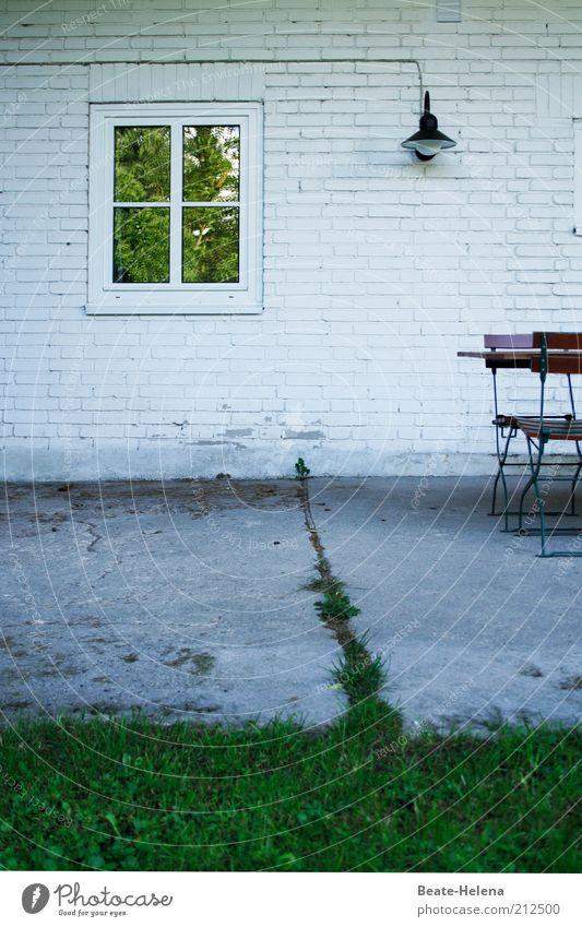 Naturliche Grenzziehung alt weiß grün Pflanze Sommer Ferien & Urlaub & Reisen Haus Lampe Erholung Wand Gefühle Fenster Gras Garten grau