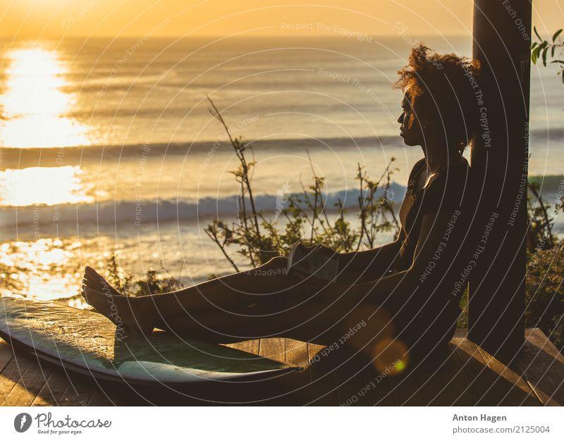 Surfermädchen, das nahe bei Surfbrett auf hoher Klippe sitzt Jugendliche Junge Frau Meer Strand 18-30 Jahre Erwachsene Beine feminin träumen Wellen Buch