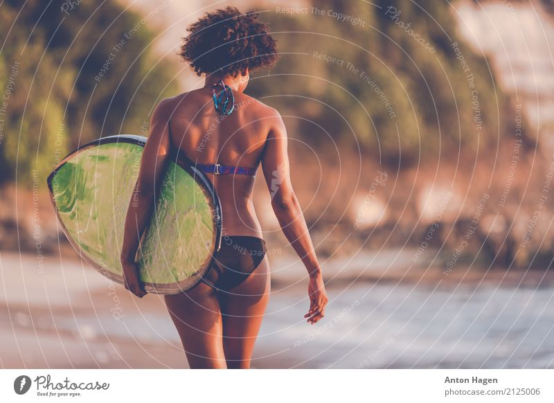Zum Strand und zurück Mensch Ferien & Urlaub & Reisen Jugendliche Junge Frau Sommer Sonne Meer 18-30 Jahre schwarz Erwachsene Wellen Insel laufen Wellness