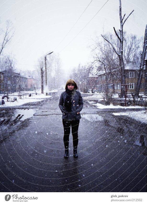 Mensch Jugendliche Winter Haus Erwachsene Landschaft Haare & Frisuren Schneefall Eis Wind warten nass Klima Bekleidung Frost 18-30 Jahre