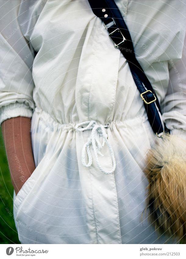weiß Mensch Frau Erwachsene Arme Bekleidung Fell Lack Stil dokumentarisch Profi Farbfoto Nahaufnahme Textfreiraum rechts Hintergrund neutral Tag