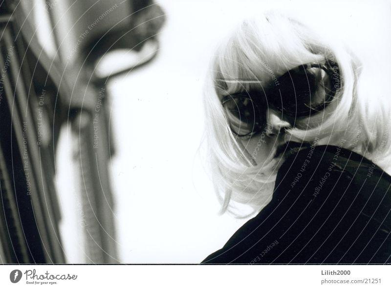 Blondie 1 Frau feminin blond Fassade Sonnenbrille Perücke