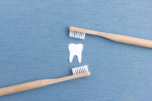 Zähne putzen Gesundheit Zahnbürste Reinigen frisch nachhaltig Sauberkeit blau weiß Tugend gewissenhaft Reinlichkeit Gebiss Zahnpflege Holz Farbfoto