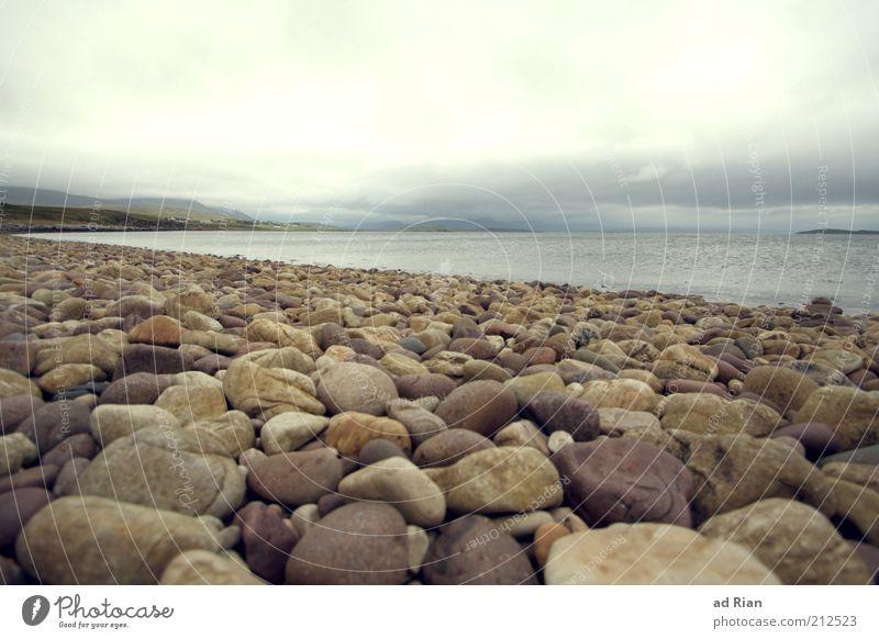 es läuft rund Umwelt Wolken Horizont Sonnenlicht Unwetter Regen Strand Meer Steinstrand genießen Ferne Unendlichkeit Bewegung bizarr Ewigkeit Idylle Farbfoto
