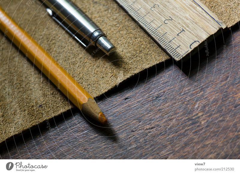 wertig. Holz braun elegant Ordnung modern ästhetisch authentisch einfach Dinge dünn Schreibstift positiv Leder nachhaltig Wert Verpackung