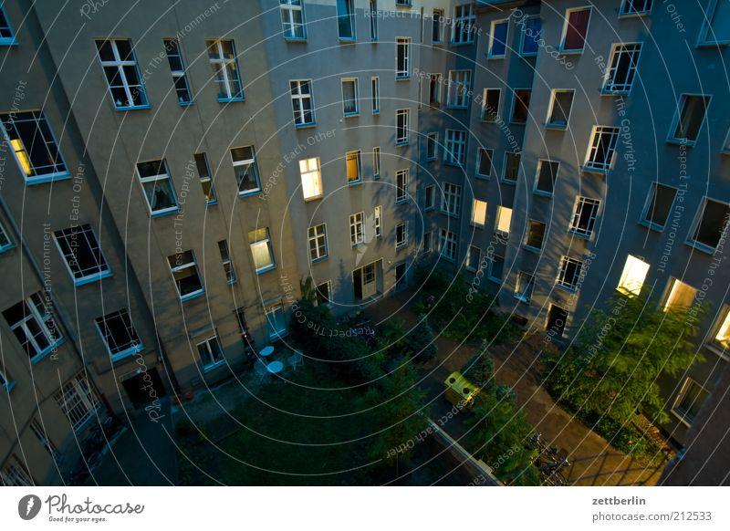 Hinterhof Wohnung Haus Stadt Hauptstadt Gebäude Architektur Mauer Wand Blick hinterhaus Vorderseite Fensterfront Nachbar erleuchten Erkenntnis dunkel Innenhof