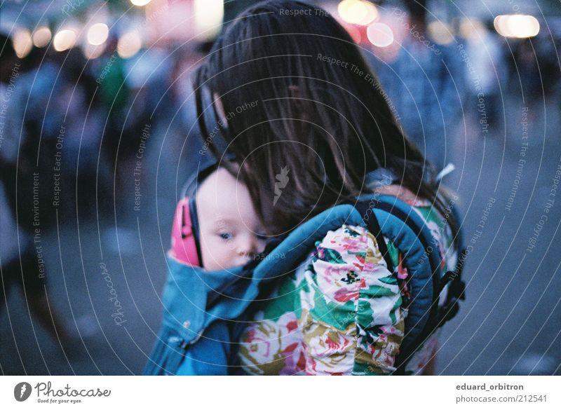 Lauschen Nachtleben Veranstaltung Musik Mensch feminin Baby Mutter Erwachsene 2 0-12 Monate brünett langhaarig Sicherheit Kopfhörer Farbfoto Gedeckte Farben
