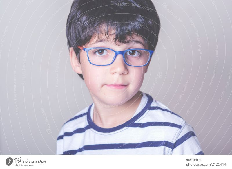 Glücklicher Junge mit Brille Lifestyle Wellness Leben Kind Mensch maskulin Kleinkind Kindheit 1 3-8 Jahre Lächeln träumen Freundlichkeit Fröhlichkeit kuschlig