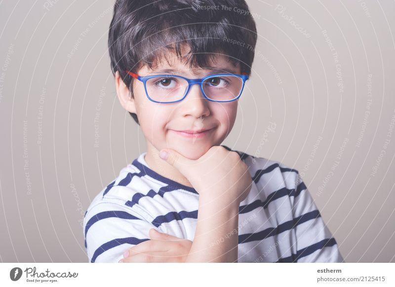 Glücklicher Junge mit Brille Mensch Kind Freude Leben Lifestyle lustig Schule Denken Zufriedenheit Kindheit Lächeln Fröhlichkeit Freundlichkeit