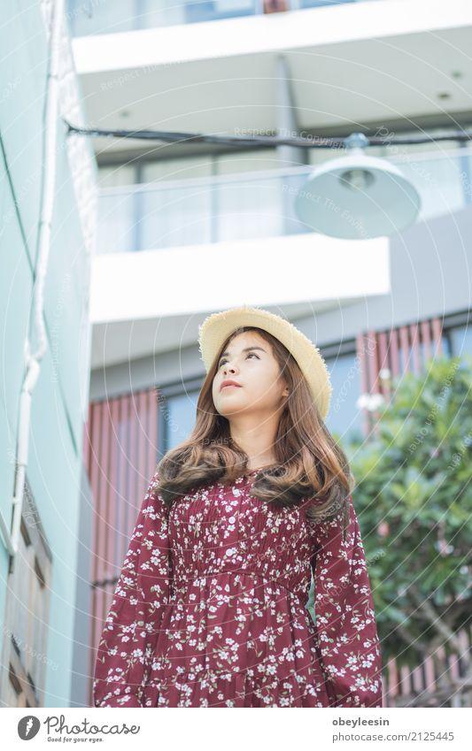 schöne junge asiatische Mädchen haben Frau Sommer grün ruhig Freude Gesicht Erwachsene Straße Lifestyle natürlich Glück Business Park Lächeln Getränk
