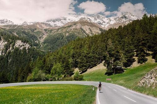 Norbertshöhe Frau Himmel Natur Ferien & Urlaub & Reisen Jugendliche blau Sommer grün Landschaft Einsamkeit Berge u. Gebirge 18-30 Jahre Erwachsene Fahrrad