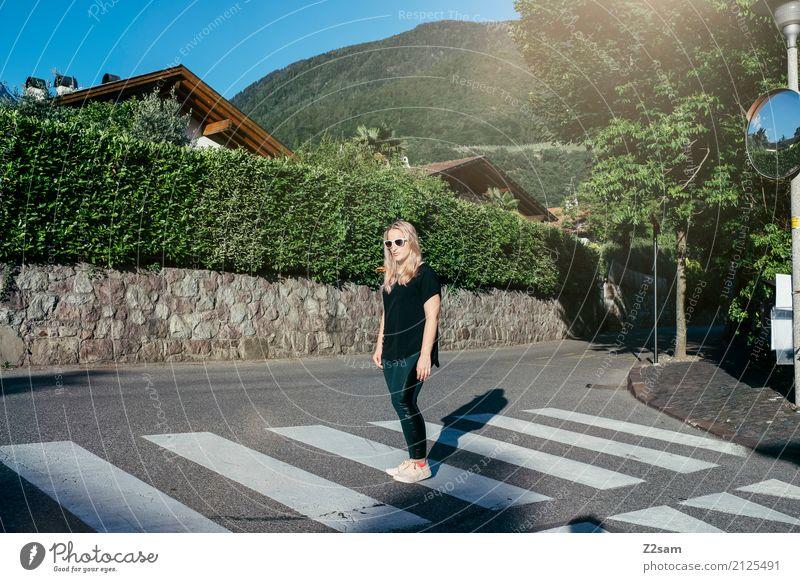 Follow the white rabbit Jugendliche Junge Frau Sommer Stadt schön 18-30 Jahre Erwachsene Lifestyle Bewegung Stil Mode gehen elegant blond Idylle stehen