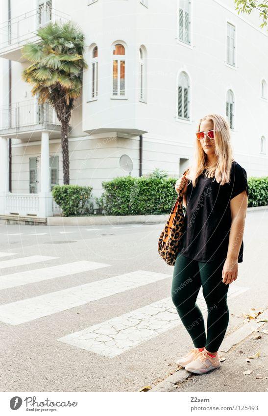 meran Lifestyle elegant Stil Junge Frau Jugendliche 18-30 Jahre Erwachsene Schönes Wetter Palme Kleinstadt Stadtzentrum Mode Leggings Bluse Tasche Sonnenbrille