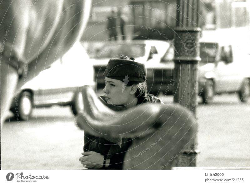 Paris Girl Frau Frankreich Brunnen Hut Schwarzweißfoto