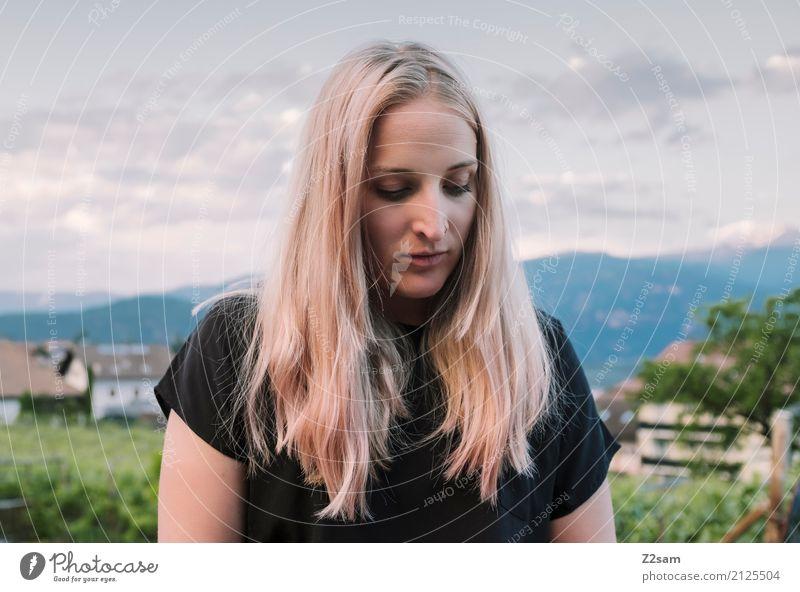 bockig Lifestyle Stil Junge Frau Jugendliche Natur Landschaft T-Shirt blond langhaarig träumen Traurigkeit schön natürlich Sorge Trauer Sehnsucht Heimweh