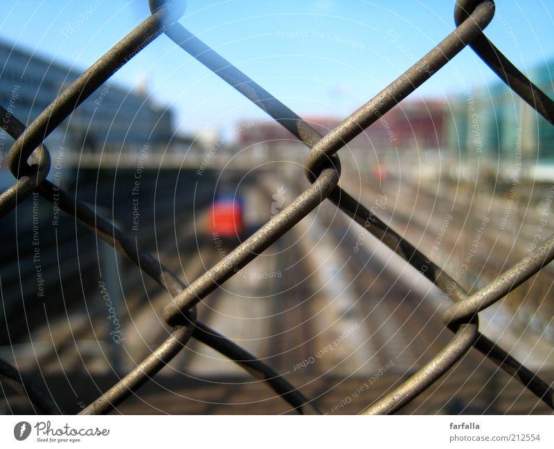 Durchblick? Stadt Zeit Eisenbahn Geschwindigkeit Hoffnung Brücke Güterverkehr & Logistik Gleise Bahnhof Verkehrswege Zaun Barriere Personenverkehr Bahnsteig