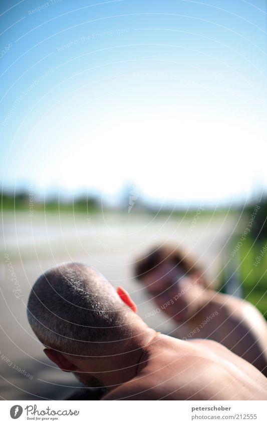 conversation Mensch Sommer Erwachsene Erholung Leben sprechen träumen Freundschaft Rücken 18-30 Jahre Schönes Wetter Lebensfreude Sonnenbad Wolkenloser Himmel Freude kurzhaarig