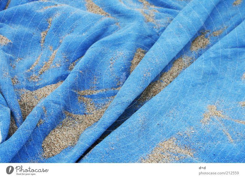 // blau Strand Ferien & Urlaub & Reisen Sand Stoff Symbole & Metaphern Handtuch Faltenwurf hell-blau Sandkorn Badeurlaub Urlaubsstimmung Badetuch