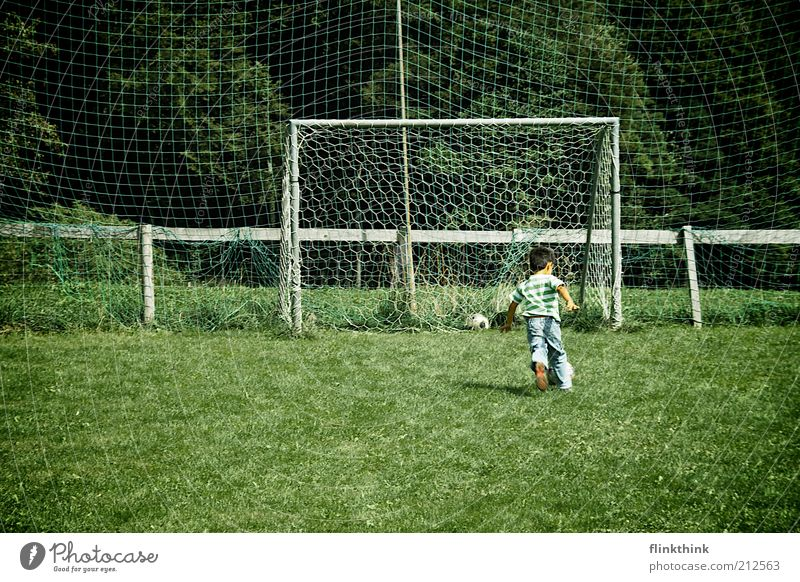 Junge beim Fussball spielen Mensch Kind Natur Baum Ferien & Urlaub & Reisen Sommer Freude Sport Spielen Gras klein Glück Kindheit Zufriedenheit Freizeit & Hobby