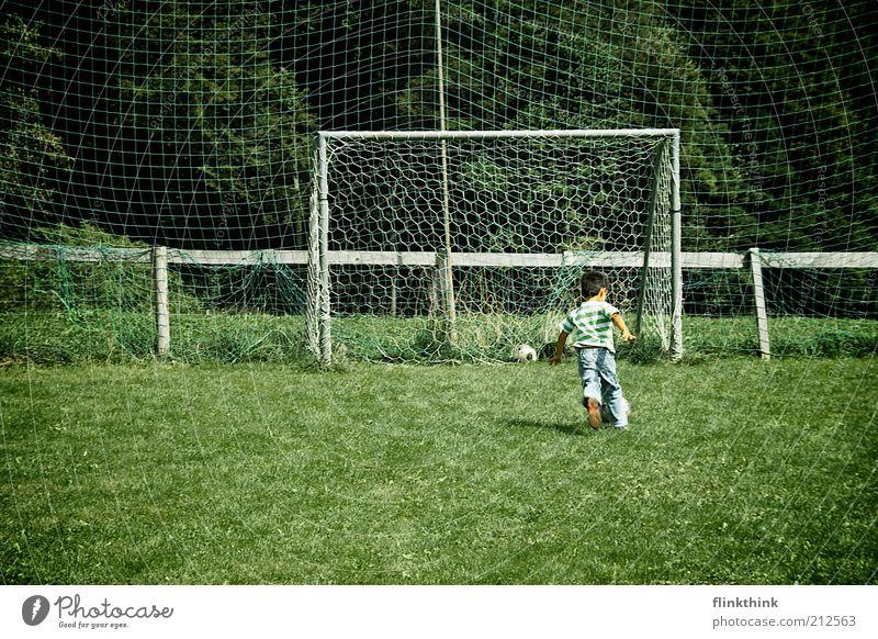 Junge beim Fussball spielen Mensch Kind Natur Baum Ferien & Urlaub & Reisen Sommer Freude Sport Spielen Junge Gras klein Glück Kindheit Zufriedenheit Freizeit & Hobby