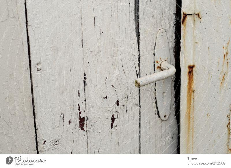 come in... Tür alt Vergänglichkeit Wandel & Veränderung verwittert Griff weiß Tor Holztür abblättern Anstrich Neugier aufregend Rost Unbewohnt kaputt historisch