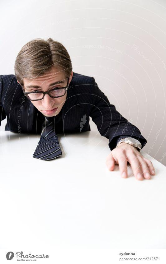 Fallende Kurse Mensch Mann Leben Arbeit & Erwerbstätigkeit Büro Business Erwachsene Zeit Lifestyle Pause Ziel Bildung Schreibtisch nachdenklich Stress Verzweiflung