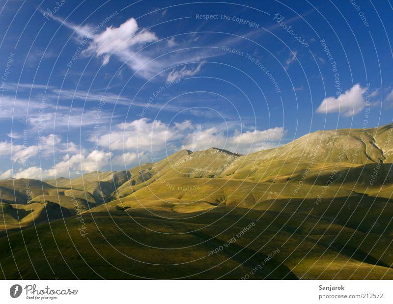 Here I've found my freedom. Umwelt Natur Alm Alpen Apenninen Berge u. Gebirge Grasland Weide Ferne Freiheit Frieden Gipfel Sommer Hügel Italien Landschaft ruhig
