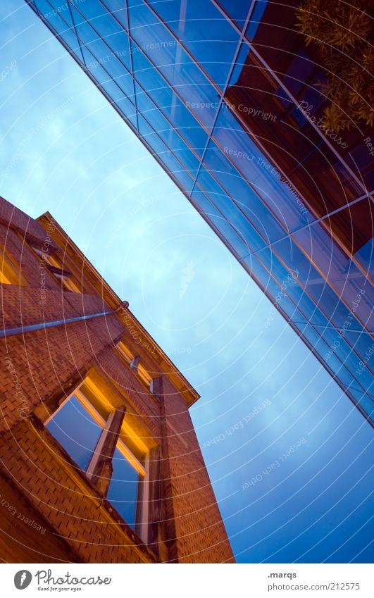 Alt\Neu Himmel Stadt Haus Farbe Stil Fenster Gebäude Architektur Glas groß Lifestyle Perspektive Zukunft Bankgebäude Wandel & Veränderung Häusliches Leben