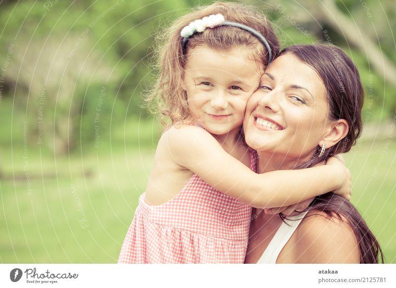 Glückliche Mutter und Tochter spielen tagsüber im Park. Konzept der Feier Müttertag . Lifestyle Freude schön Gesicht Freizeit & Hobby Spielen Sommer Kind Mensch