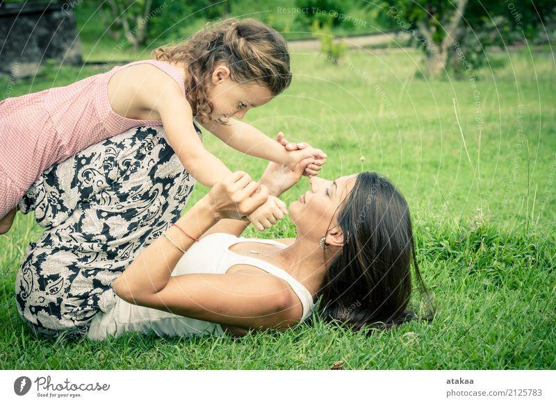 Glückliche Mutter und Tochter, die im Park spielt Mensch Kind Frau Natur Ferien & Urlaub & Reisen Sommer schön Freude Gesicht Erwachsene Lifestyle Liebe
