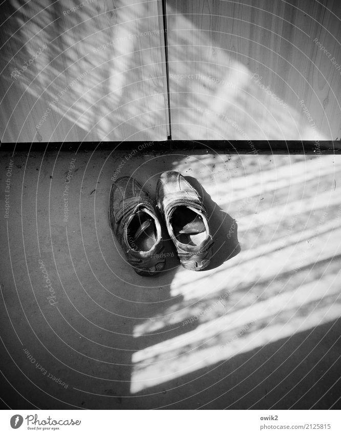 Alt und müde alt ruhig Senior Stein leuchten paarweise Schuhe Vergänglichkeit Bodenbelag Kunststoff unten Müdigkeit Leder Weisheit Feierabend Rechtschaffenheit