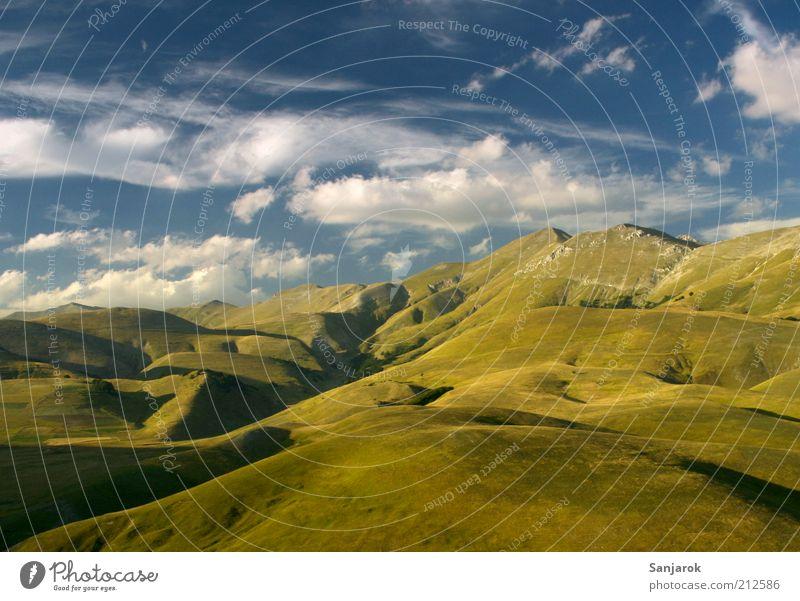 Im Himmel Umwelt Natur Landschaft Alm Alpen apenninen Berge u. Gebirge Grasland Weide Ferne Freiheit Frieden Gipfel Sommer Hügel Panorama (Aussicht) Italien