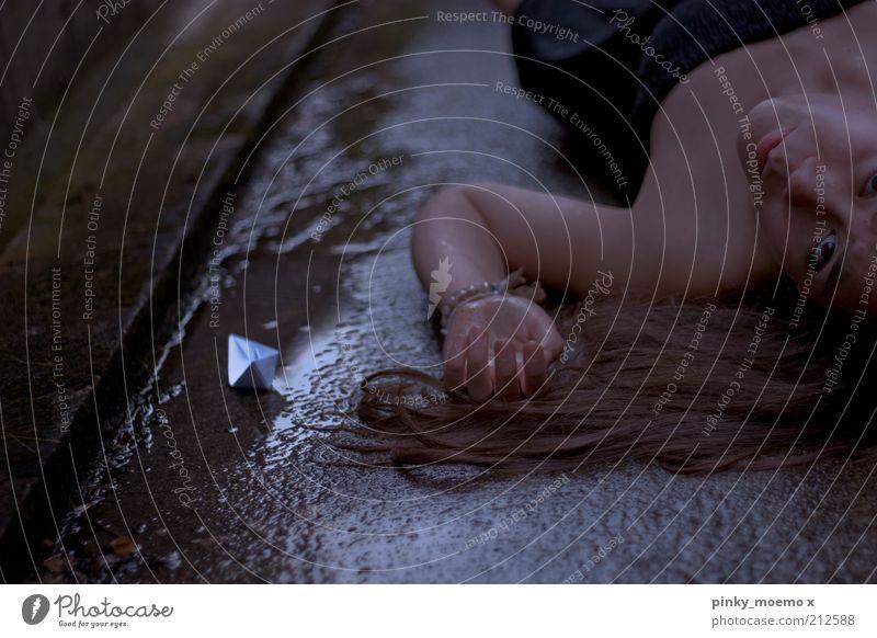 Wenn die Seele kentert Mensch Jugendliche schwarz feminin Haare & Frisuren Regen dreckig nass Kleid liegen Verzweiflung feucht Frau langhaarig Bekleidung