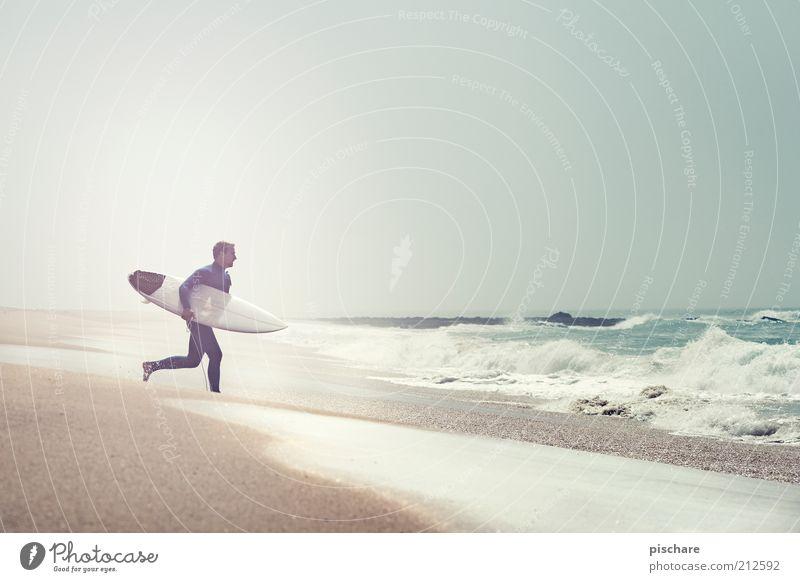 Vorfreude Lifestyle Freizeit & Hobby Sport Wassersport Junger Mann Jugendliche Sommer Schönes Wetter Küste Strand Meer laufen sportlich exotisch schön Klischee