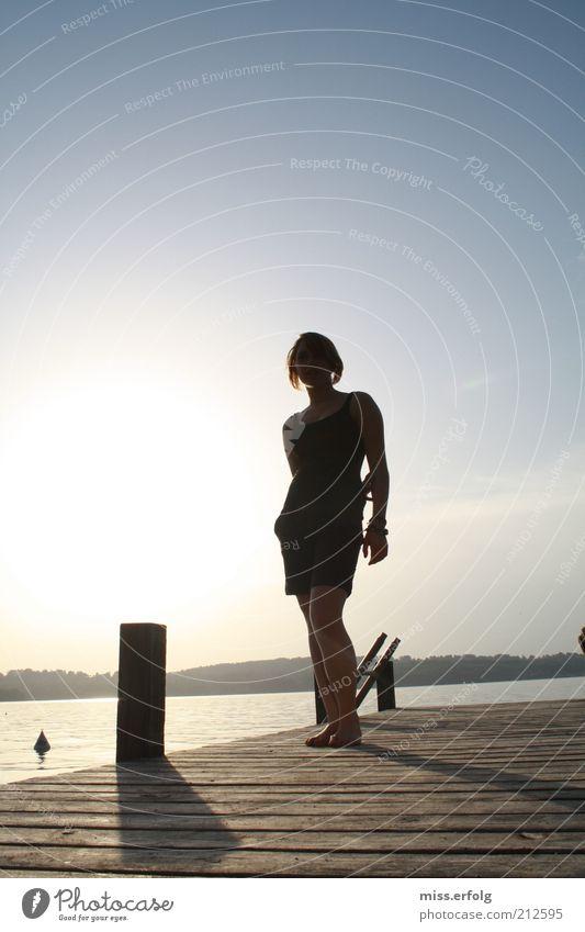 Ich putz hier nur... Mensch Natur blau Wasser Sommer Sonne Ferne feminin Traurigkeit Freiheit Glück oben See Körper stehen Schönes Wetter