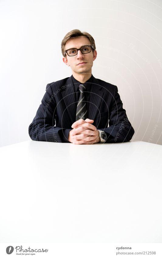 Seriös Mensch Mann Arbeit & Erwerbstätigkeit Büro Business warten Erwachsene elegant Erfolg sitzen Lifestyle Bildung Kontakt Vertrauen hören Anzug