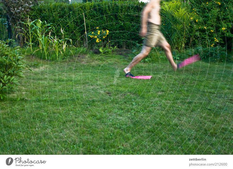 Noch ein Schritt... Freude Mensch Mann Erwachsene Pflanze Gras gehen August Schwimmhilfe Farbfoto Rasen rennen laufen Grünfläche Garten Bewegungsunschärfe