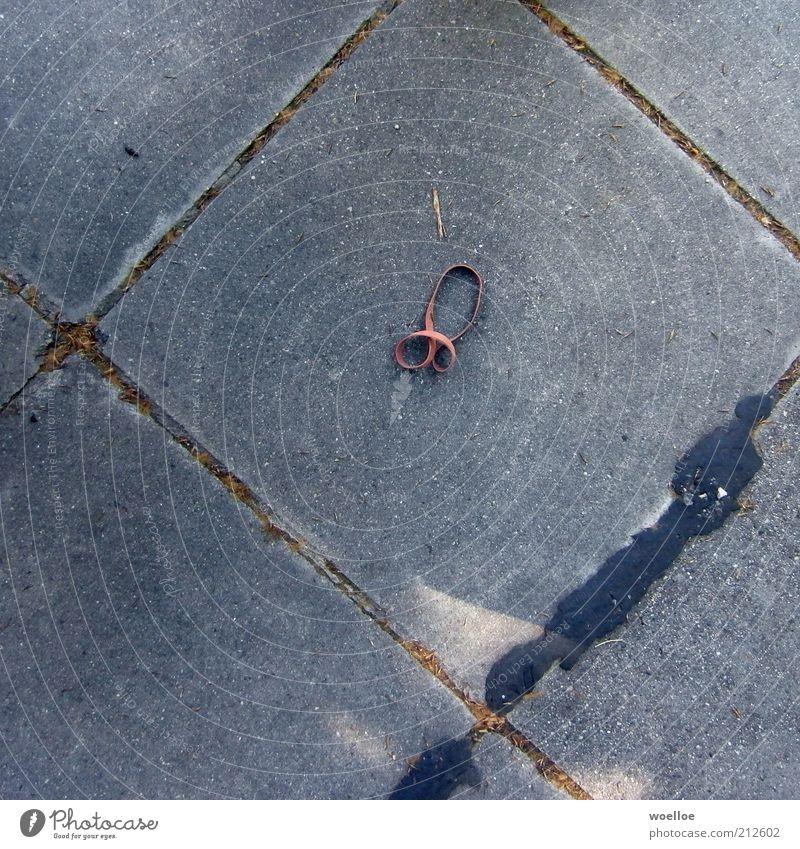 Gummipimmel Beton Zeichen Schleife Penis liegen dick dreckig groß rund trashig grau rot Farbfoto Gedeckte Farben Außenaufnahme Detailaufnahme Menschenleer
