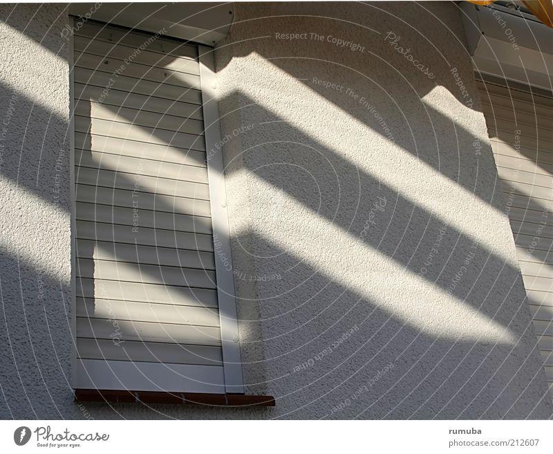 Das Schatten-Haus weiß Wand Fenster grau Stein Mauer Gebäude Architektur Fassade geschlossen Sicherheit Ordnung Schutz Häusliches Leben eckig
