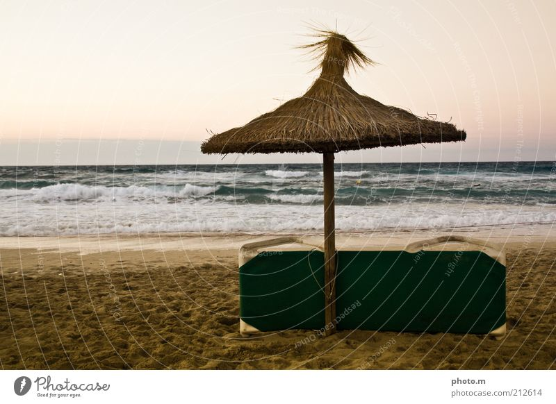 Strandfeierabend Umwelt Natur Landschaft Sand Wasser Sommer Wellen Meer Ferien & Urlaub & Reisen Mallorca Spanien Schirm Liegestuhl Farbfoto Gedeckte Farben