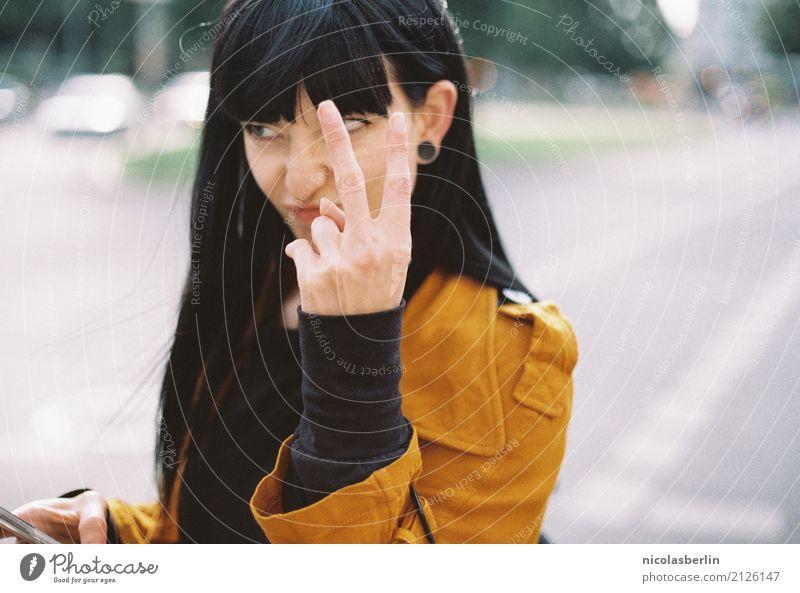 MP126 - Schwarz auf Gelb (2) Mensch Jugendliche Junge Frau schön 18-30 Jahre Erwachsene Lifestyle feminin Stil Freizeit & Hobby wild Ausflug Kommunizieren