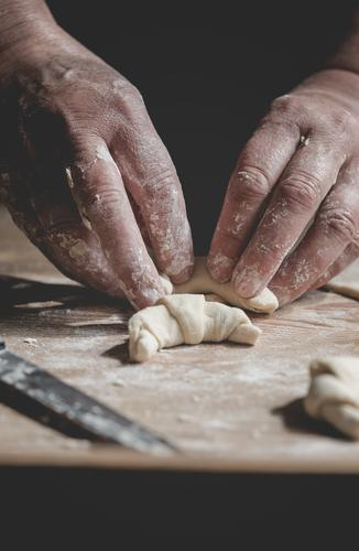 Kekse backen Teigwaren Backwaren Brot Croissant Frühstück Küche Weihnachten & Advent Frau Erwachsene Großmutter Familie & Verwandtschaft Hand machen verblüht