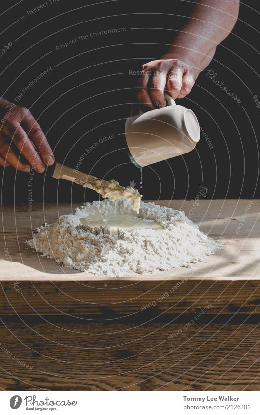 Teig kneten Frau Weihnachten & Advent weiß Hand Erwachsene Familie & Verwandtschaft retro frisch Küche Frühstück Großmutter heimwärts Brot machen Backwaren