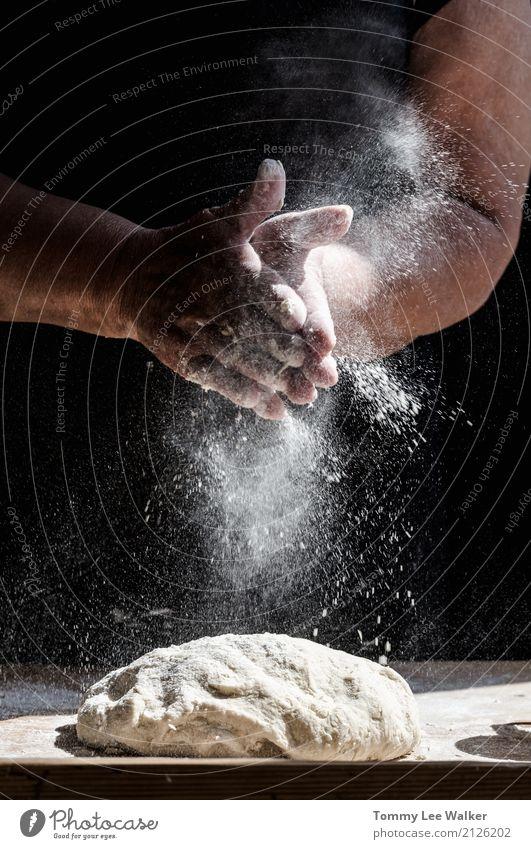 Frau Weihnachten & Advent weiß Hand Erwachsene Familie & Verwandtschaft retro frisch Küche Frühstück Großmutter heimwärts Brot machen Backwaren Holztisch