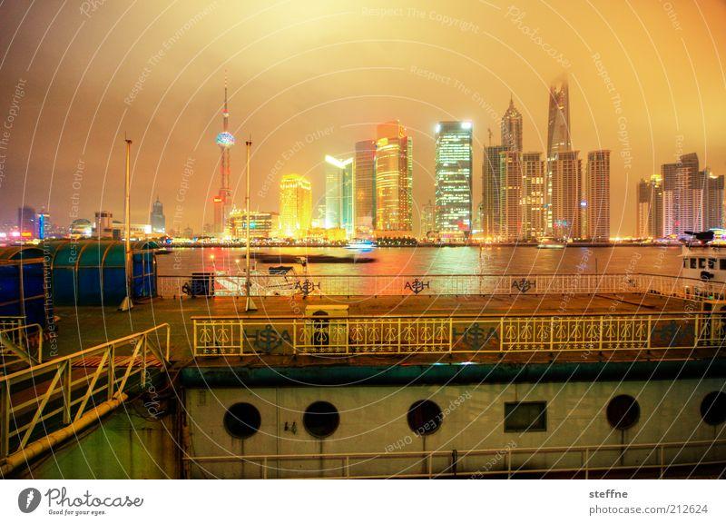 Der letzte knipst das Licht aus. Stadt Haus hell Hochhaus Energiewirtschaft Zukunft Fluss Bankgebäude Asien Hafen Nachthimmel China leuchten Skyline Wahrzeichen